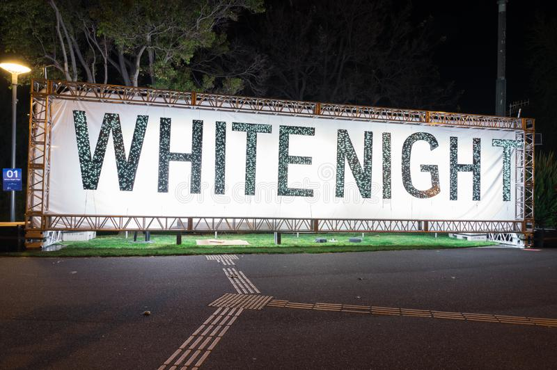 A noite branca assina no parque de Johnstone em Geelong, Austrália imagens de stock