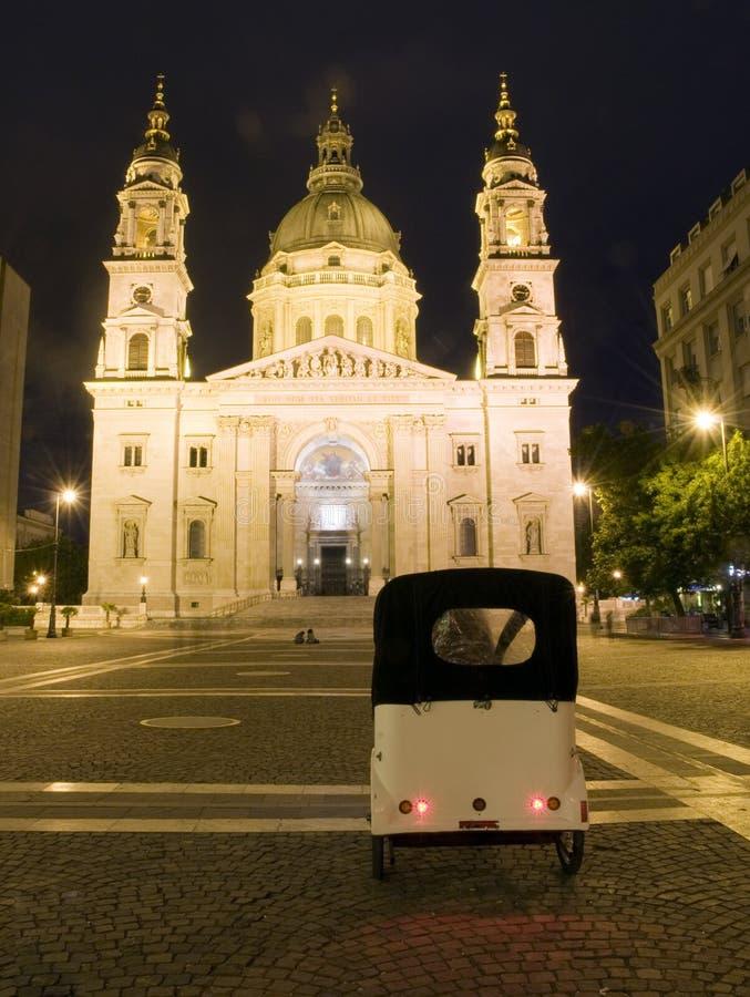 Noite Budapest Hungria da basílica do St. Stephen foto de stock