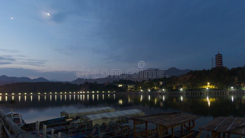 Noite cênico em um rio fotografia de stock