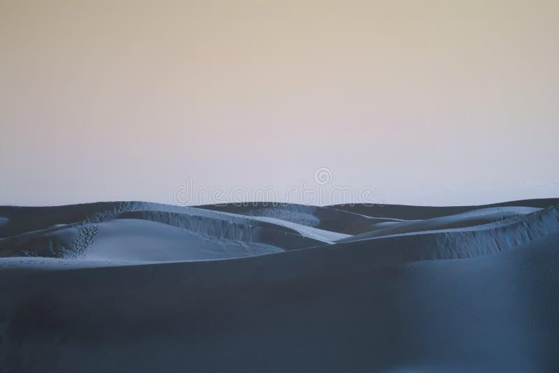 a noite cai nas dunas do deserto foto de stock royalty free