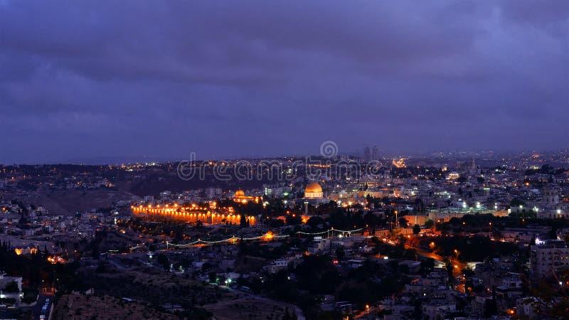 A noite cai sobre a cidade do Jerusalém fotos de stock royalty free