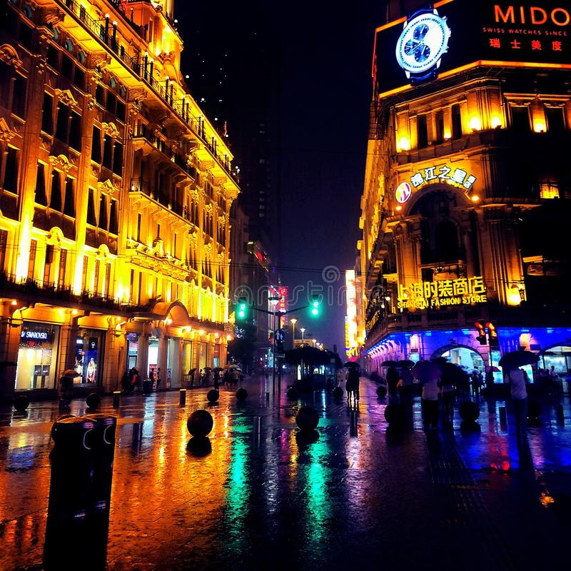 Noite chuvosa em shanghai foto de stock royalty free