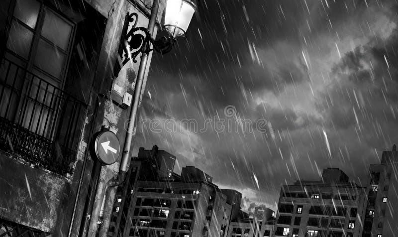 Noite chuvosa em uma cidade grande foto de stock royalty free