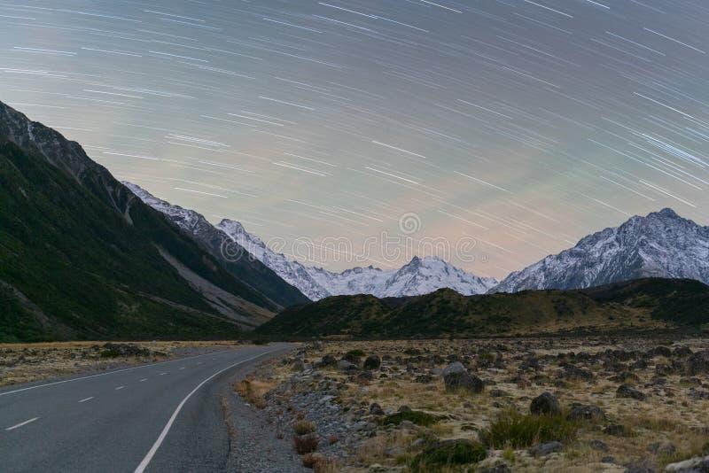 Noite com a cauda da estrela na estrada do vale de Tasman no cozinheiro do Mt, Nova Zelândia fotos de stock royalty free