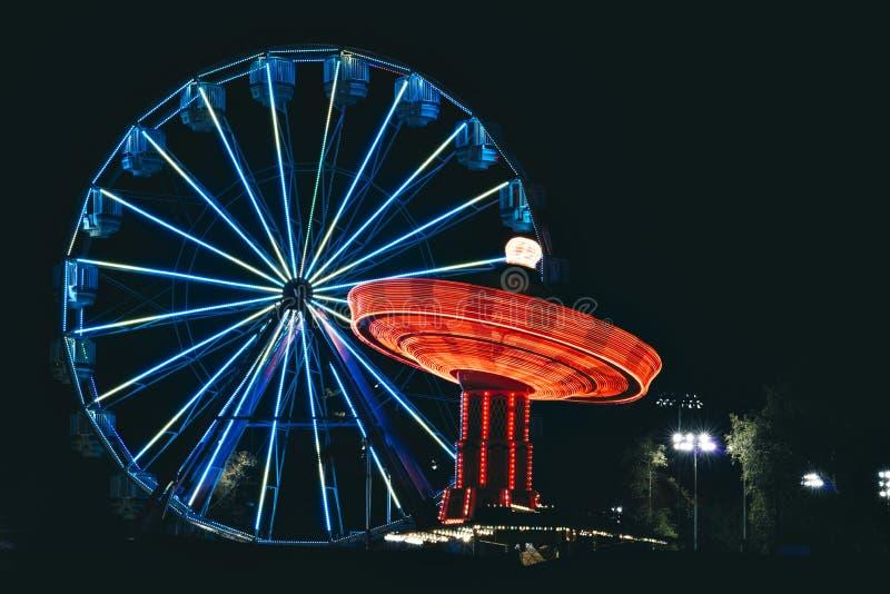 Noite com Ferris Wheel e um balanço imagens de stock royalty free