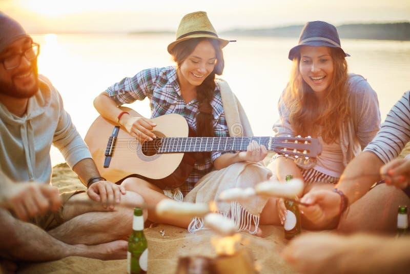 Noite com guitarra imagem de stock
