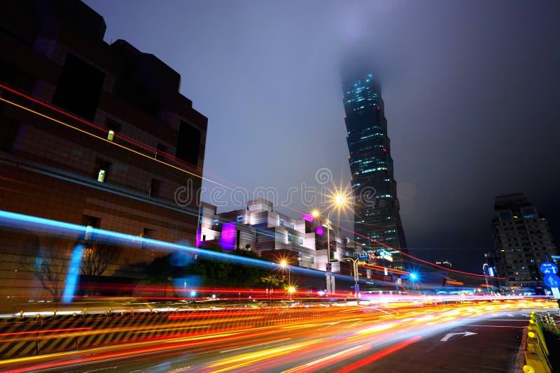 Noite com luzes do tráfego em Taipei fotos de stock royalty free