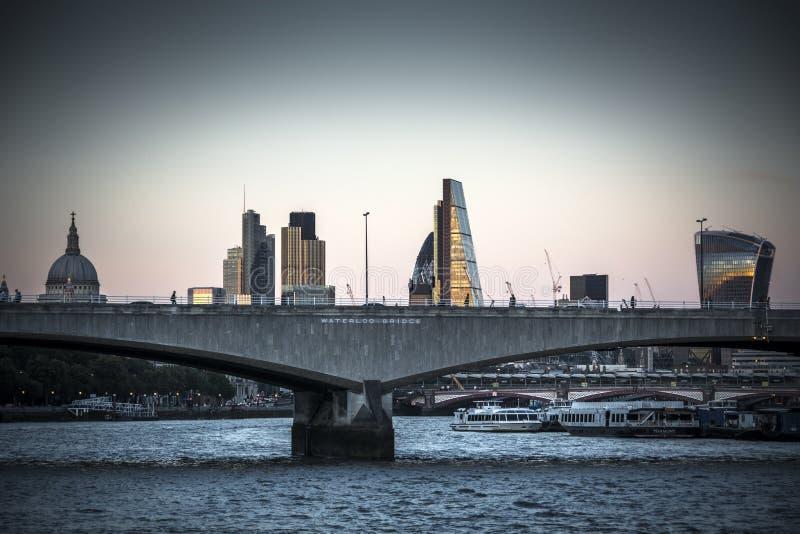 A noite começa cair sobre a ponte Londres de Waterloo foto de stock royalty free