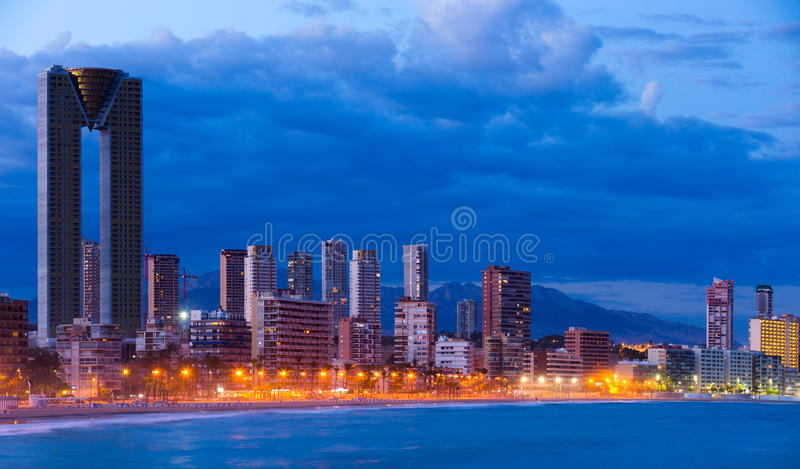 Noite da arquitetura da cidade de Benidorm imagem de stock