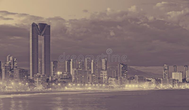 Noite da arquitetura da cidade de Benidorm fotografia de stock