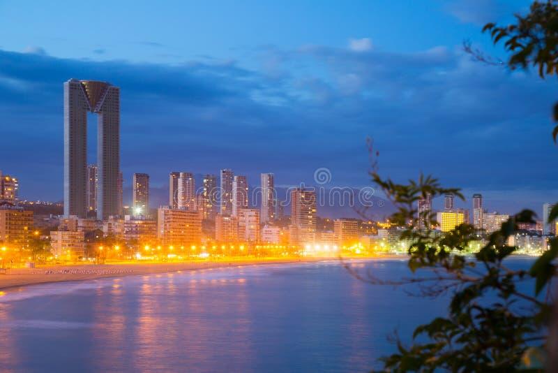 Noite da arquitetura da cidade de Benidorm imagens de stock