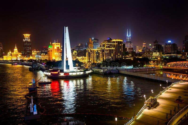 A noite da barreira da ponte de Waibaidu dos heróis do monumento ilumina Shanghai China fotos de stock royalty free