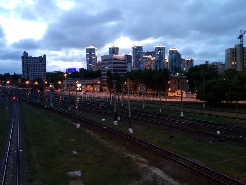 Noite da cidade que treina o céu azul fotos de stock