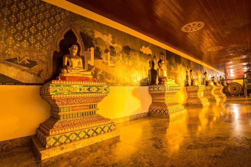 Noite da estátua da Buda em Doi Suthep, Chiang Mai, Tailândia fotos de stock