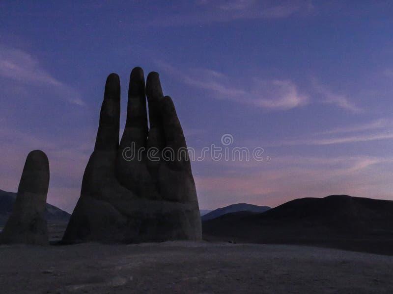 Noite da estátua da mão do atacama do Chile fotografia de stock