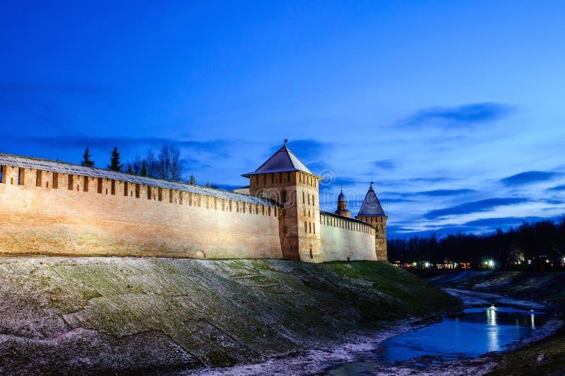 Noite da fortaleza do Kremlin de Veliky Novgorod em dezembro em Veliky Novgorod, Rússia, cena colorida da noite do inverno foto de stock royalty free