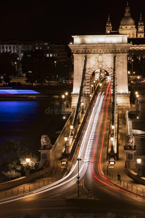 a noite da Longo-exposição disparou de uma ponte e de um círculo de tráfego imagem de stock royalty free