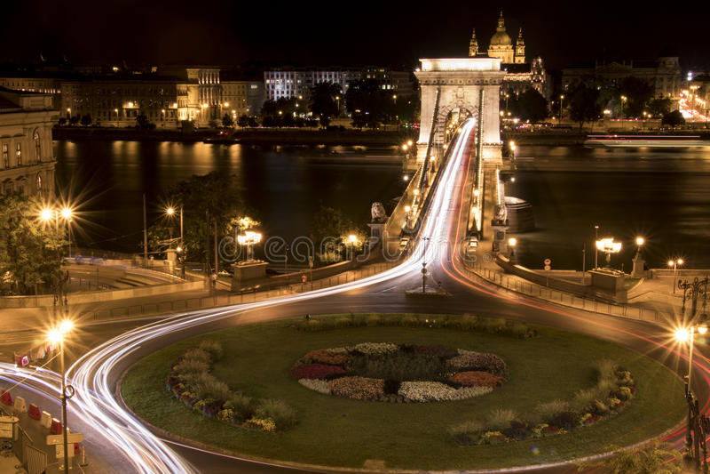 a noite da Longo-exposição disparou de uma ponte e de um círculo de tráfego foto de stock royalty free