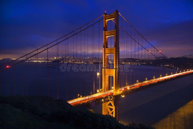 A noite da ponte de porta dourada ilumina San Francisco fotografia de stock royalty free