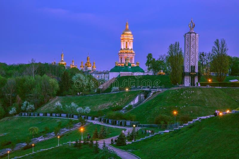 Noite da primavera em Kiev, Ucrânia, tendo em vista Kiev-Pechersk Lavra imagens de stock