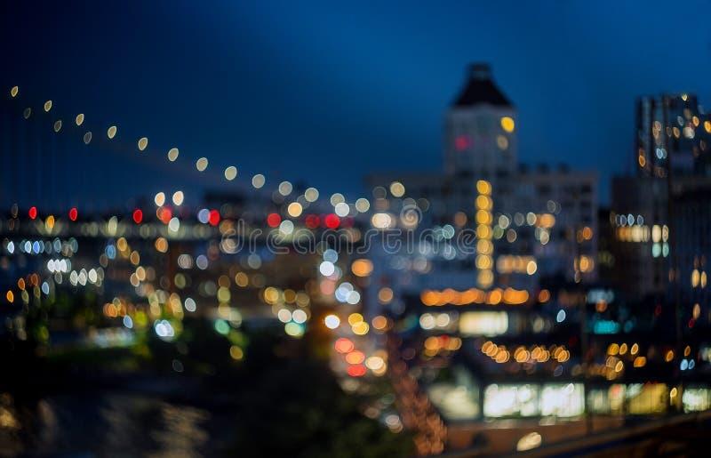 A noite da skyline de New York borrou a baixa da cidade das luzes, fundo abstrato foto de stock