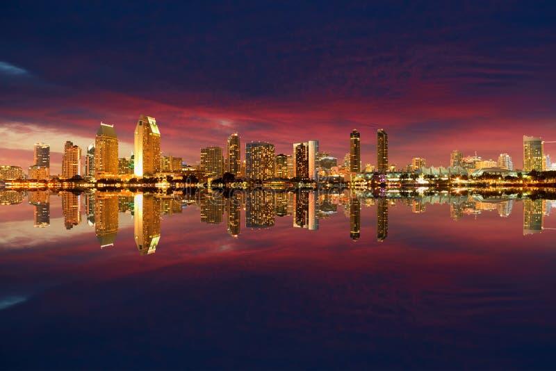 Noite da skyline de San Diego imagens de stock