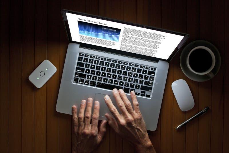 Noite da tecnologia do laptop fotografia de stock royalty free