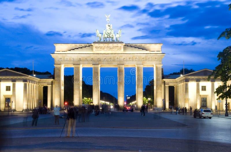 A noite de Berlim Alemanha da porta de Brandebourg ilumina a cena fotos de stock