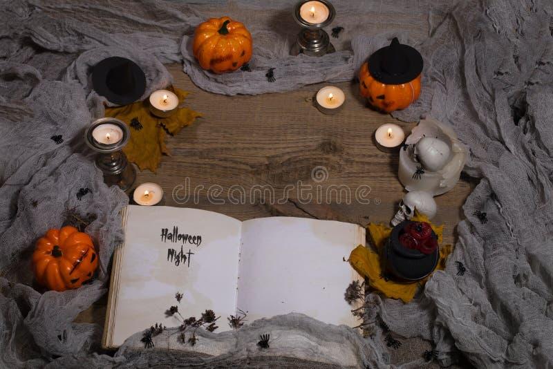 Noite de Dia das Bruxas Livro aberto do bewithcment foto de stock