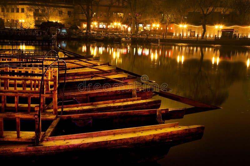 Noite de madeira Beijing China do lago Houhaid dos barcos imagens de stock royalty free