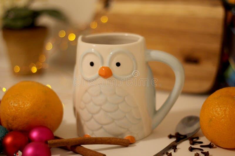 Noite de Natal morna com um copo do chá foto de stock