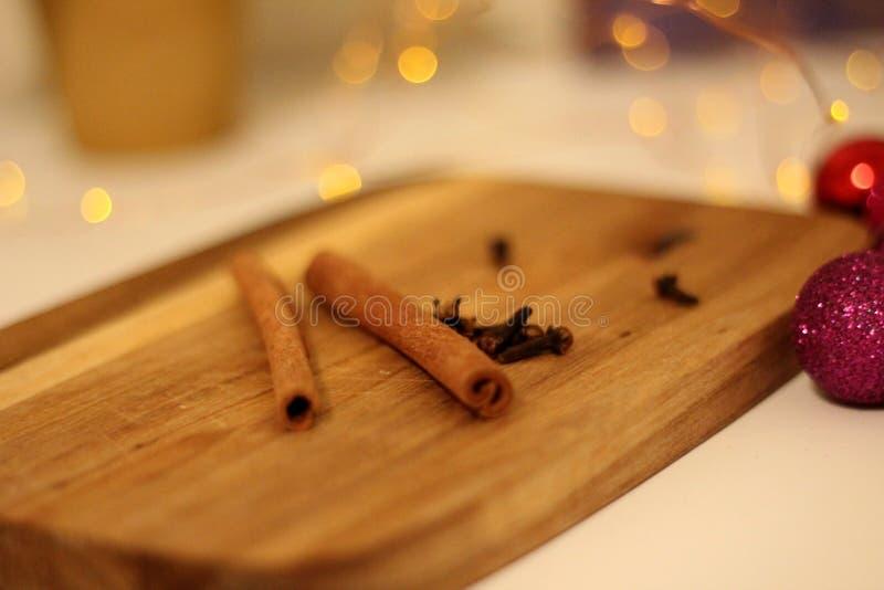 Noite de Natal morna com um copo do chá fotografia de stock
