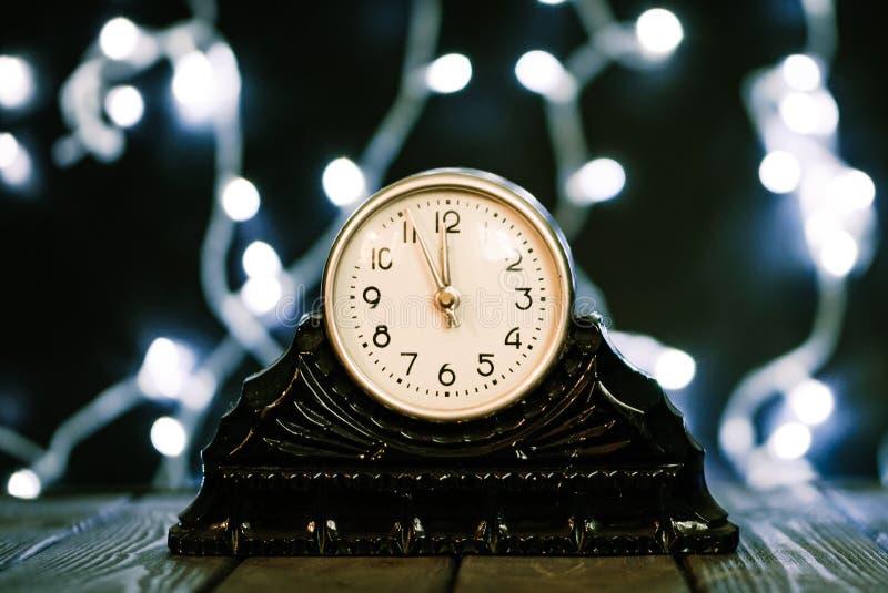 Noite de Natal Pulso de disparo do vintage e festão de brilho festiva de ampolas imagem de stock