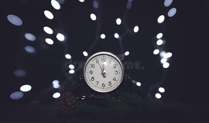 Noite de Natal Pulso de disparo do vintage e festão de brilho festiva de ampolas fotografia de stock royalty free