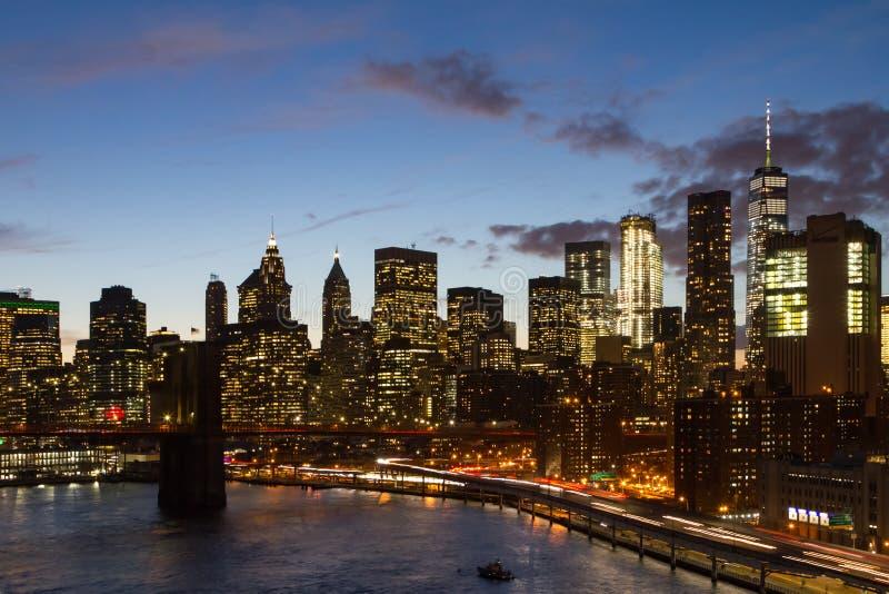 A noite de New York City ilumina a skyline no crepúsculo foto de stock