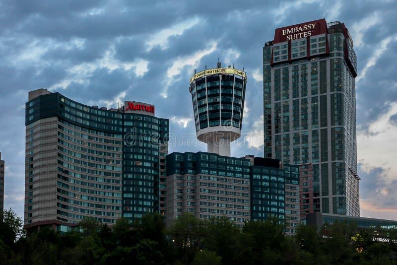 Noite de Niagara Falls com hotéis Marriott, Tower Hotel e Embassy Suites fotografia de stock