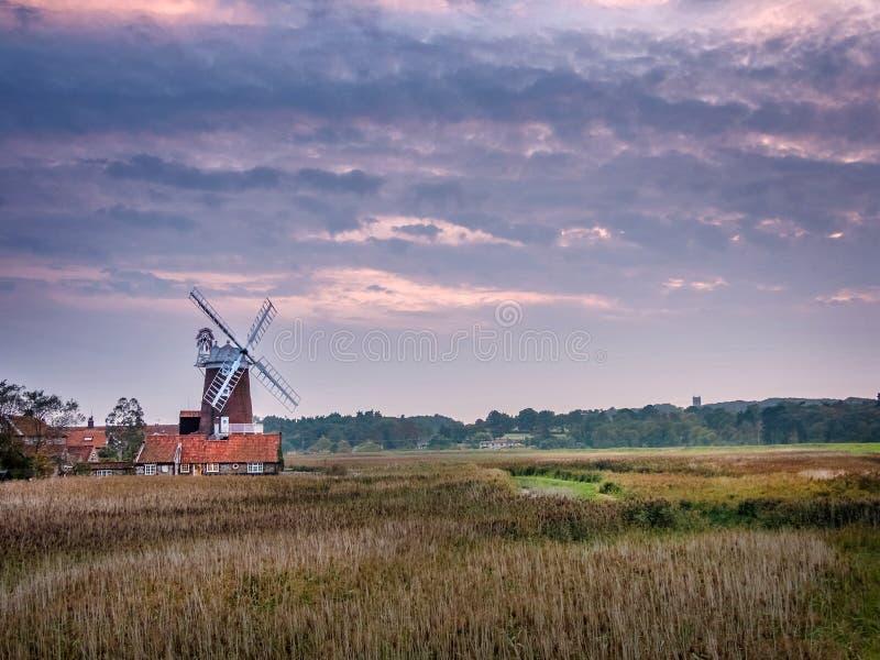 Noite de setembro no moinho de vento de Cley fotos de stock