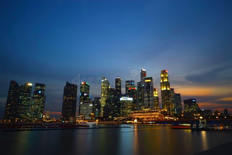 A noite de Singapura imagem de stock royalty free