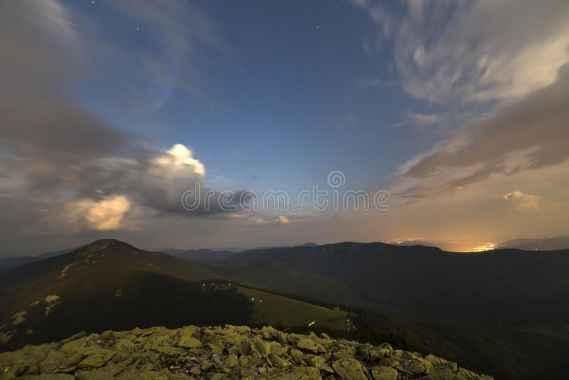 Noite de verão nas montanhas Obscuridade estrelado - céu azul e nuvens brancas imagens de stock royalty free