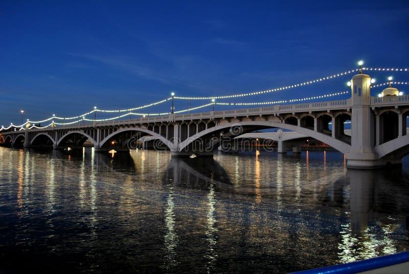 Noite disparada da ponte Tempe Beach Park da avenida do moinho com reflexão de espelho Salt River imagens de stock