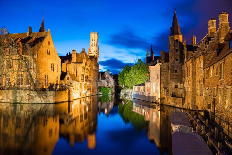 A noite disparou de construções medievais históricas ao longo de um canal em Bruges, Bélgica fotografia de stock