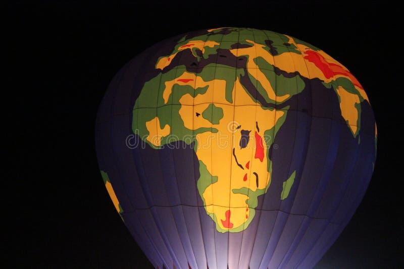 Noite do balão de ar quente do mapa do mundo fotografia de stock royalty free