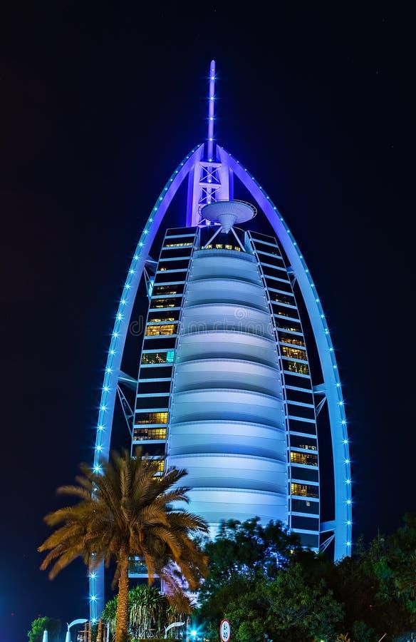 Noite do hotel de Burj Al Arab, Emiratos Árabes Unidos foto de stock