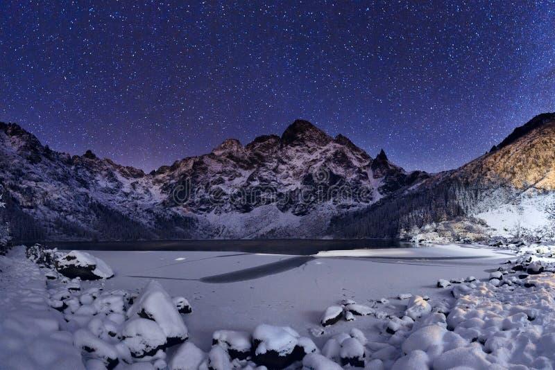 Noite do inverno Céu estrelado acima do pico de montanha fotos de stock royalty free