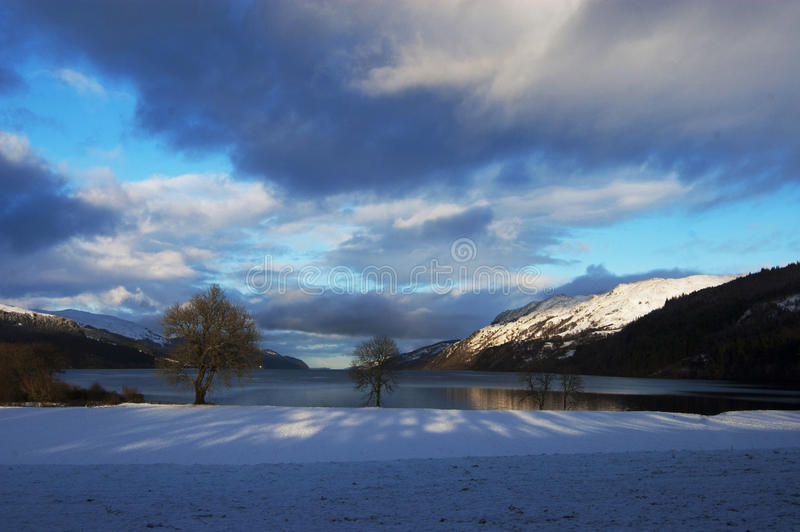 Noite do inverno no lago loch Ness foto de stock royalty free