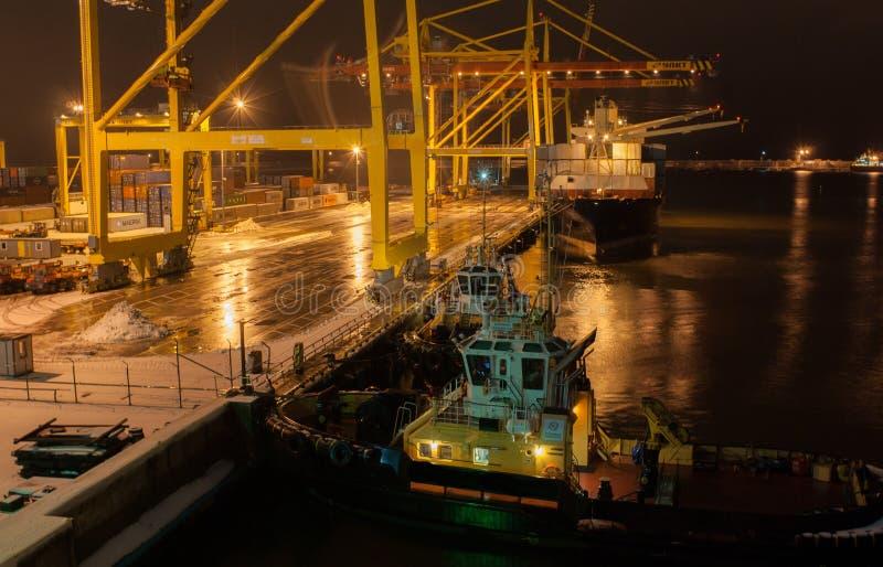 Noite do inverno no porto foto de stock