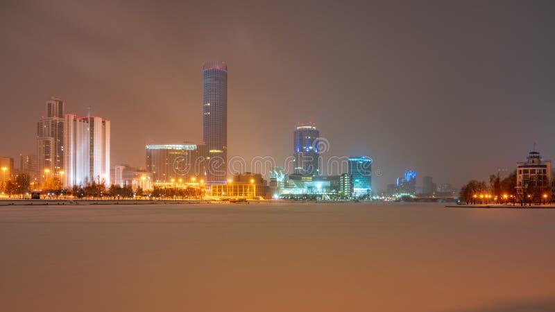 Noite do inverno nos bancos da lagoa no centro da cidade fotografia de stock royalty free
