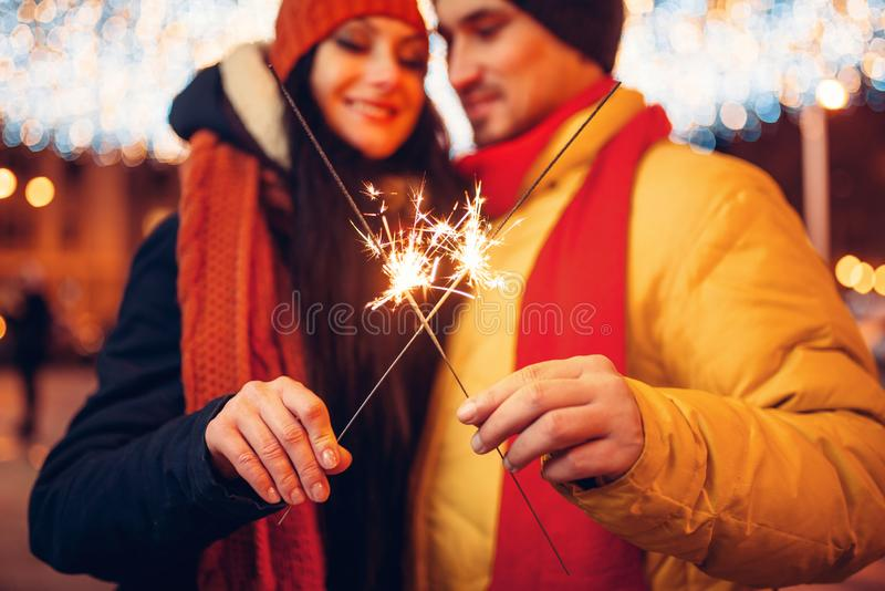 Noite do inverno, par do amor com os chuveirinhos exteriores imagens de stock royalty free