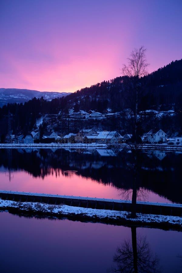 Noite do inverno pelo canal da água foto de stock royalty free