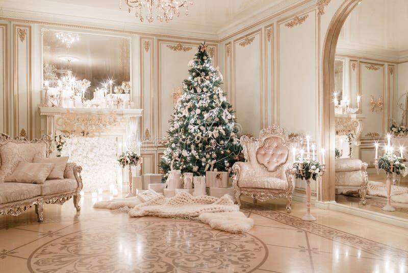 Noite do Natal Apartamentos clássicos com uma chaminé branca foto de stock